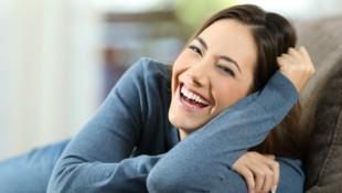 Heiterkeit und gute Laune sorgen für mehr Gelassenheit. (Bild: Antonioguillem/stock.adobe.com)