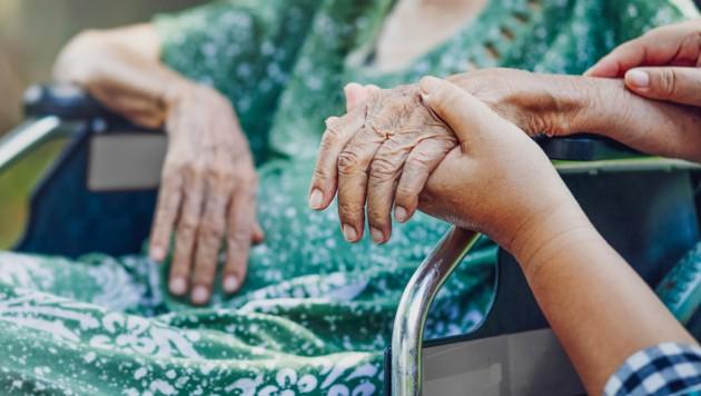 Personen, die Pflegebedürftige ab Stufe 3, als Hauptpflegeperson betreuen, unterstützt das Land finanziell beim Urlaub.. (Bild: stock.adobe.com)