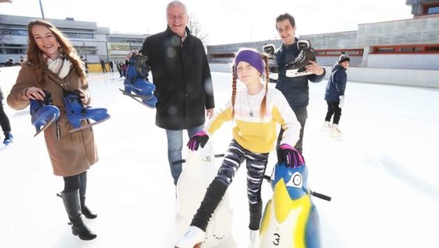 In Eisenstadt lädt Bürgermeister Steiner Kinder in den Ferien zum gratis Eislaufen ein. (Bild: Judt Reinhard)
