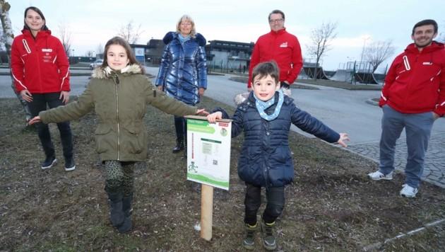 Stadtchefin Elisabeth Böhm (Mitte) freut sich mit Emma und Paul über den Bewegungsparcours. (Bild: Judt Reinhard)