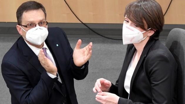 Die Klubobleute August Wöginger (ÖVP) und Sigrid Maurer (Grüne) (Bild: APA, Krone KREATIV)