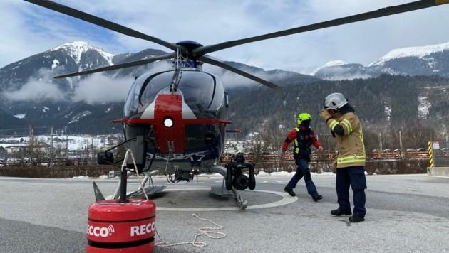Die RECCO-Boje wurde in Schwaz am Hubschrauber angebracht. (Bild: ZOOM.TIROL)