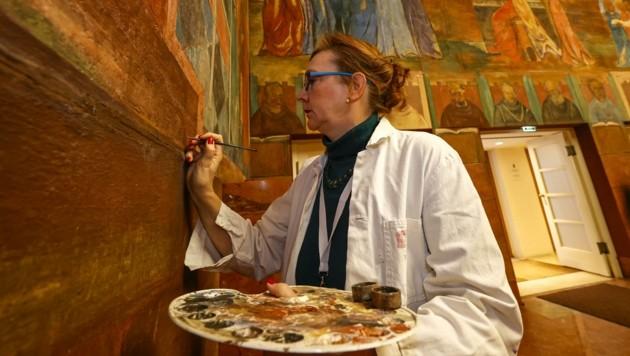 Restauratorin Heike Fricke-Tinzl bei der Arbeit (Bild: Tschepp Markus)