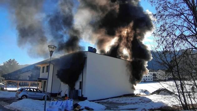 Das Erdgeschoss des Wohnhauses stand beim Eintreffen der Einsatzkräfte in Vollbrand (Bild: Zeitungsfoto.at/Team)