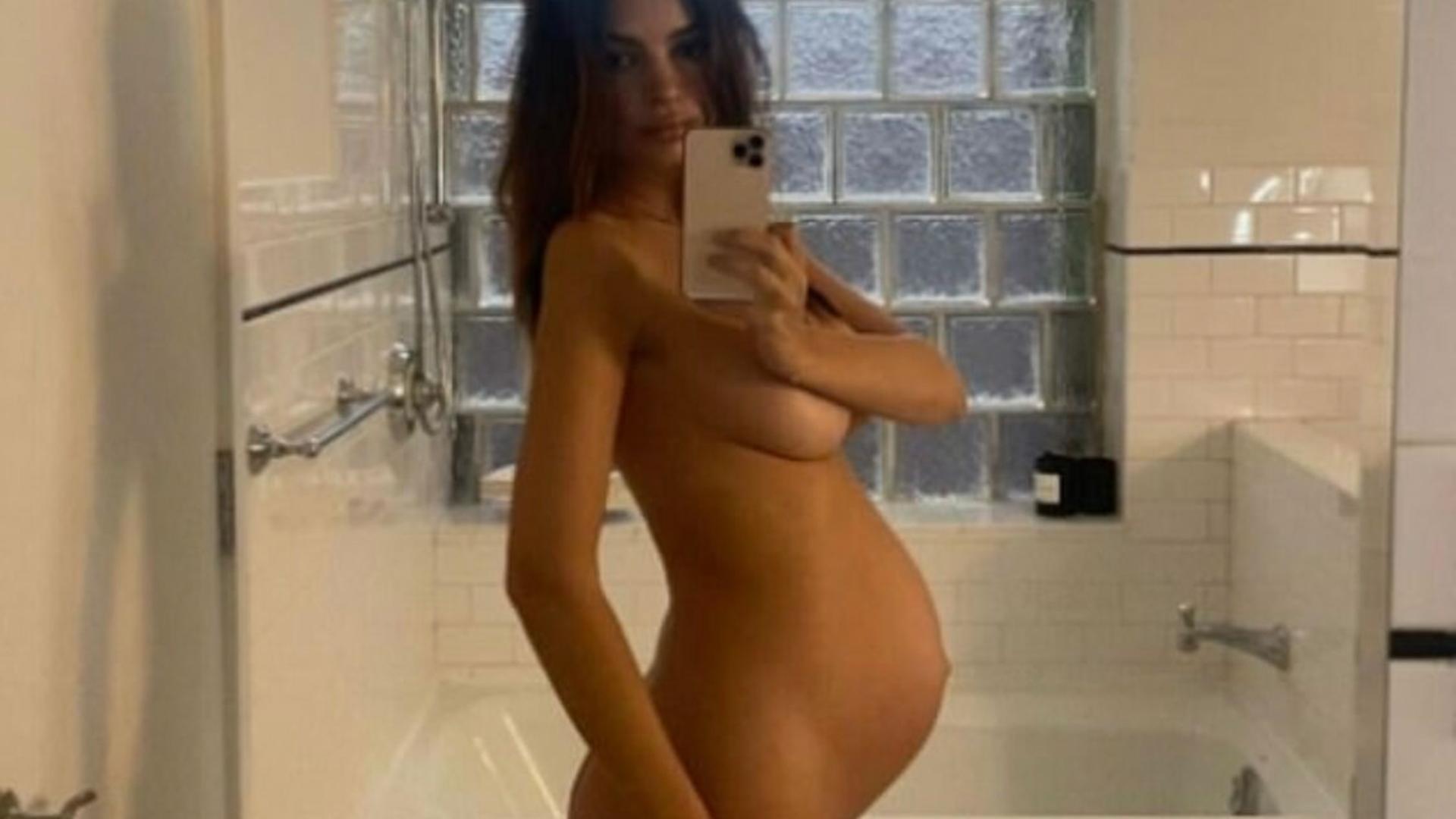 Nackt vor spiegel selfie