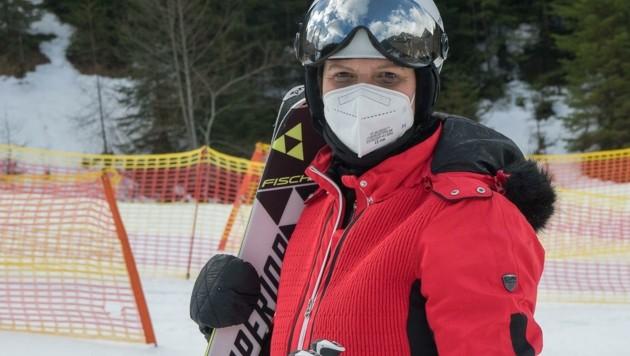 Skispaß mit FFP2-Maske: Margit Auinger hat nichts gegen Sicherheitsmaßnahmen. (Bild: Haijes Jack)