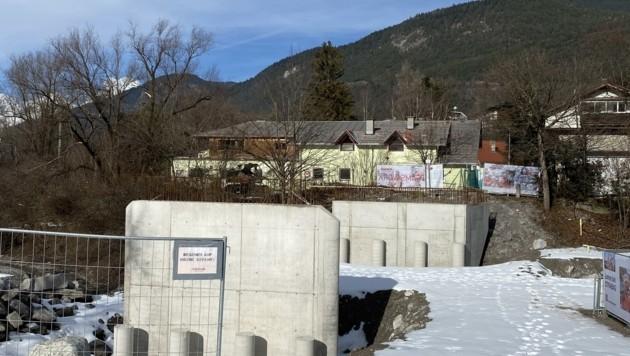 Im Zirler Schlossbach stehen Pfeiler, Fertigstellung unklar (Bild: Liebl Daniel)
