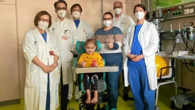 """Das """"beherzte"""" AKH-Team um Professor Dr. Daniel Zimpfer (2. v. li.) mit Sarah und Mama Viktoria B. (Bild: AKH Wien)"""