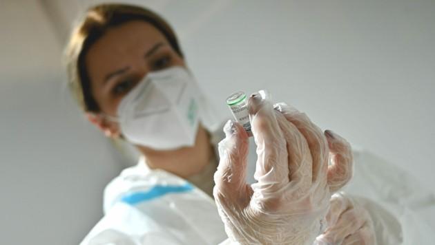 Diese Mitarbeiterin in Serbien bereitet eine Spritze mit dem Impfstoff von Sinopharm vor. (Bild: AFP )