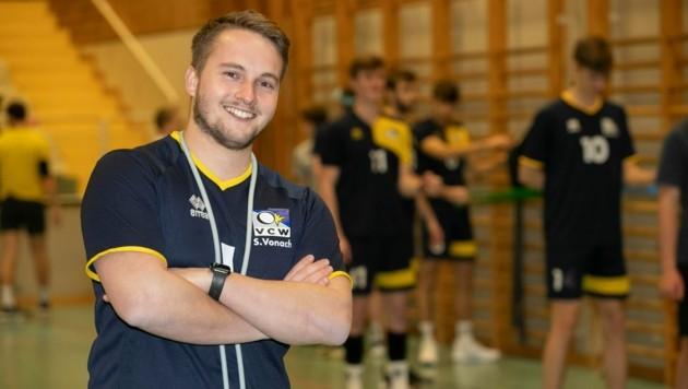 Sebastian Vonach ist nicht nur der Präsident des Volleyballclub Wolfurt - seit Ende Dezember trainiert der 26-Jährige auch das Herrenteam, das am Sonntag wieder in der zweiten Bundesliga angreift. (Bild: Maurice Shourot)
