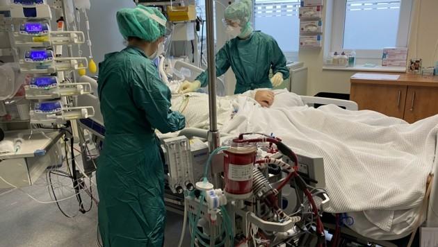 Das Klinikpersonal hat nach wie vor alle Hände voll zu tun (Bild: SALK)