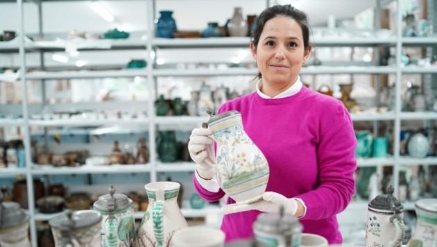 Veronika Schreck von der Landes-Kultur-GmbH sichtet die Keramik-Sammlung im neuen Depot und überzeugt sich vom Zustand der Stücke. Eine sehr zeitaufwändige Arbeit. (Bild: Wenzel Markus)