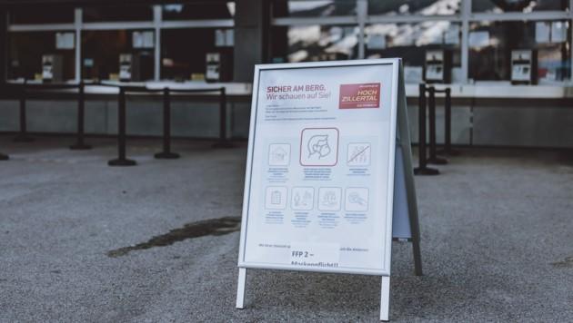 Eine Tafel mit Hygienehinweisen bei der Talstation der Hochzillertal Bahn (Bild: APA/EXPA/JFK)