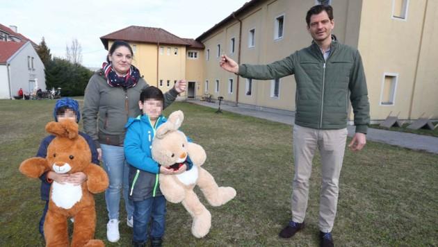 Familie R. bekam nun von Koza (rechts) ihre Schlüssel überreicht. (Bild: Reinhard Judt)