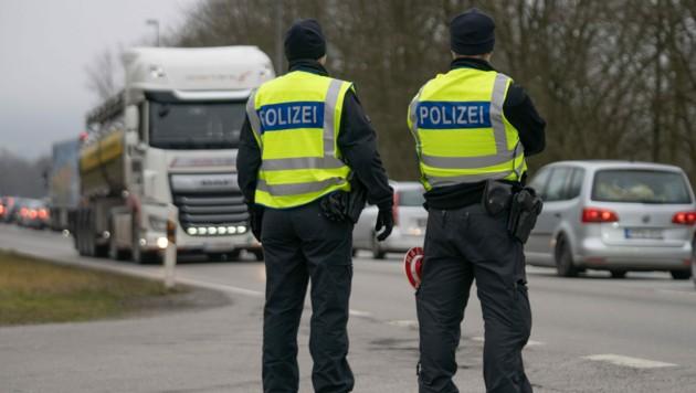 Bundespolizisten kontrollieren den Einreiseverkehr nach Deutschland. (Bild: APA/dpa/Tobias C. Köhler)
