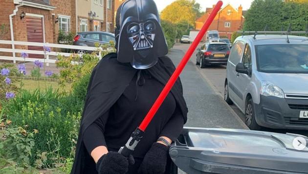 Die Britin Andrea Belcher bringt seit Beginn des ersten Corona-Lockdowns im März ihre Mülltone jede Woche in einem anderen Kostüm vor die Tür. (Bild: instagram.com/binbusyandrea)