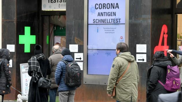 Eine Menschenschlange vor einer Covid-19-Teststation in einer Apotheke in Wien (Bild: APA/Roland Schlager)