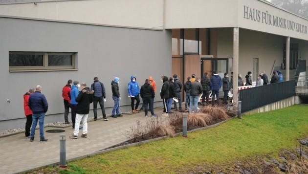 Lange Schlange am ersten Testtag bei der neuen Station in Spielfeld (Bild: Sepp Pail)