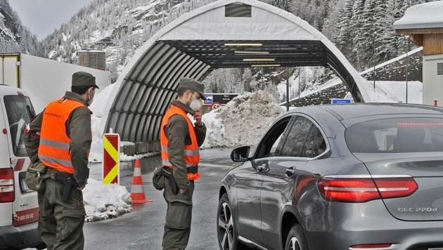 Der Bundesheersoldat kontrolliert einen Südtiroler am Autobahngrenzübergang Brenner. (Bild: Peter Freiberger)