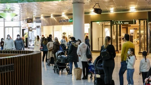 Warteschlangen bis weit in die Gänge – die Geschäfte im Salzburger Europark waren durchwegs gut besucht. (Bild: Tschepp Markus)