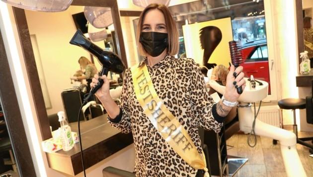 """Haarstylistin Patritzia Oberrauner vom Friseursalon Zöttl in Villach ist """"Testsheriff"""" - sie kontrolliert die negativen Corona-Tests der Kunden. (Bild: Rojsek-Wiedergut Uta)"""