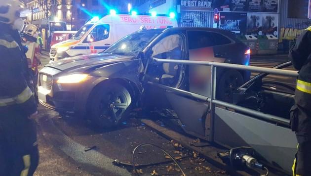 Das Geländer bohrte sich in die Fahrertür. (Bild: Stadt Wien | Feuerwehr)