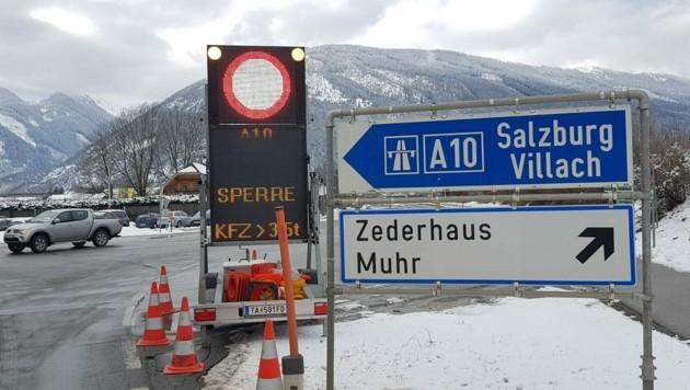 Die Tauernautobahn A10 ist gesperrt. (Bild: Roland Holitzky)