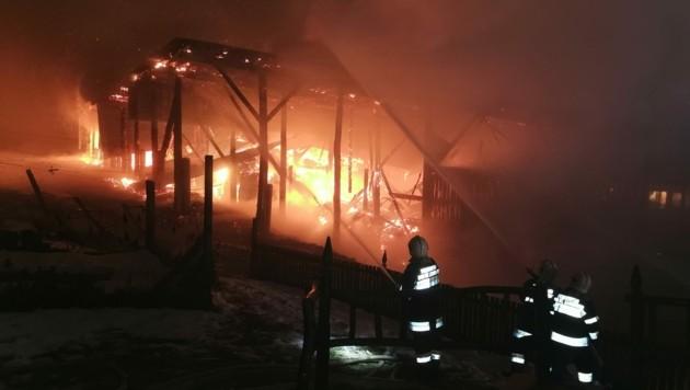 In Wisperndorf bei Bad St. Leonhard ist eine Lagerhalle neben einem Kuhstall in Brand geraten, Stroh und Heu, auch Geräte wurden ein Raub der Flammen (Bild: Bachhiesl)
