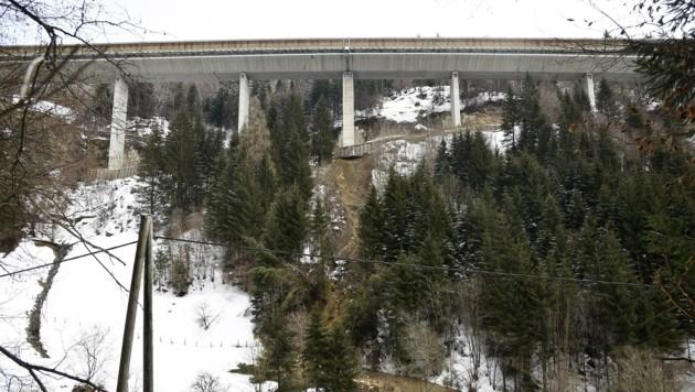 Direkt unter dem Autobahnpfeiler ist eine Mure abgegangen. Der gesamte Hang ist in Bewegung, die Brücke droht einzustürzen! Die Stelle wird heute untersucht. Die A10 bleibt von St. Michael bis Spittal gesperrt. (Bild: Holitzky Roland)