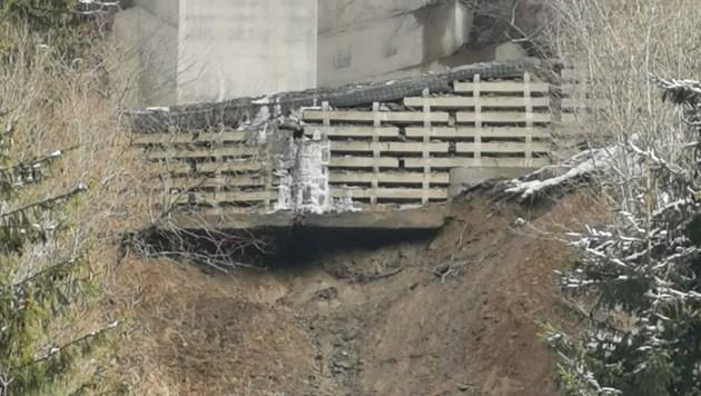 Direkt unter dem Autobahnpfeiler ist eine Mure abgegangen. Der gesamte Hang ist in Bewegung, die Brücke droht einzustürzen! Die Stelle wird heute untersucht. Die A10 bleibt von St. Michael bis Spittal gesperrt. (Bild: zvg/ G.B.)