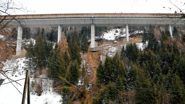 Weil der Pfeiler von einer Mure unterspült wurde, musste die Brücke gesperrt werden. (Bild: Roland Holitzky)