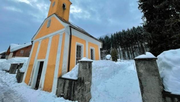 Schneemassen auf einem Gailtaler Friedhof am Dienstag: Wie soll da ein Weg zu jedem Grab sicher und frei gehalten werden? (Bild: Wallner Hannes)