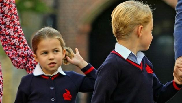 Prinzessin Charlotte zwirbelt ihren Zopf (Bild: AARON CHOWN / AFP / picturedesk.com)