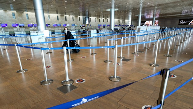 Ein einsamer Passagier am Flughafen Ben-Gurion (Bild: Emmanuel DUNAND / AFP)