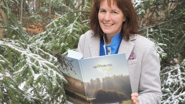 """""""Durch den Klimawandel ist eine laufende Betreuung des Waldes zunehmend wichtiger. Der Eigentümer entscheidet, ob und wie der Wald gepflegt wird"""", erläutert Autorin Doris Maurer die immer wichtiger werdenden Aufgaben der Waldbesitzer. (Bild: Gabriele Moser)"""