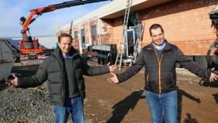 Thomas Mrkor, Leiter des Landestierheimes, und sein Kollege Wolfgang Kneifel (re.) an der Klinik-Baustelle. (Bild: Christian Jauschowetz)