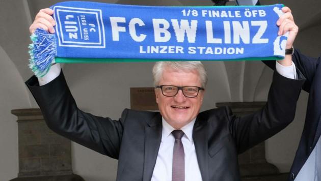 Der Linzer Bürgermeister Klaus Luger freut sich als bekennender Blau-Weiß-Fan auf das neue Donauparkstadion, das m Platz des alten entsteht (Bild: Horst Einšder)