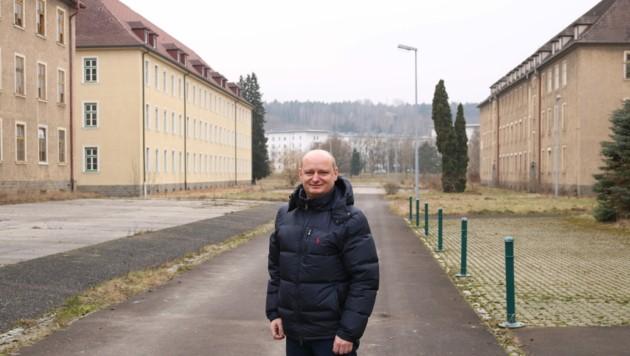 FP-Stadtvize und Planungsreferent Markus Hein am zu entwickelnden Areal der alten Hiller-Kaserne in Ebelsberg. (Bild: ZVG)