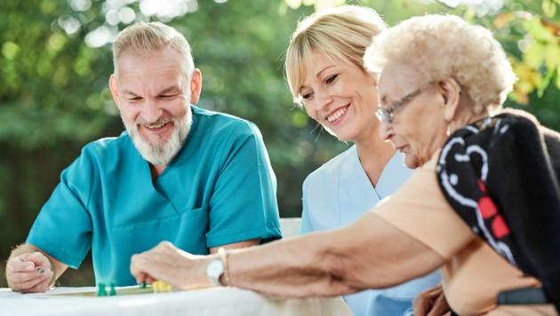 Menschen aller Altersgruppen unterstützen einander. (Bild: Karin & Uwe Annas/stock.adobe.com)