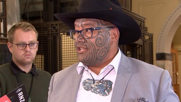 Der Politiker Rawiri Waititi mit traditionellem Gesichtstattoo und Maori-Ornament (Bild: APA/AFP/TVNZ)