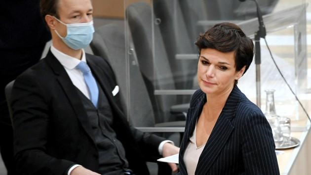 SPÖ-Chefin Pamela Rendi-Wagner fordert gemeinsam mit anderen Oppositionskollegen den Rücktritt von Finanzminister Gernot Blümel (ÖVP). (Bild: APA/ROLAND SCHLAGER)