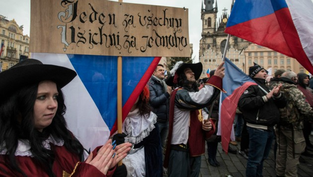 Demonstranten demonstrieren in Prag gegen die Corona-Maßnahmen der Regierung (Bild: AFP)