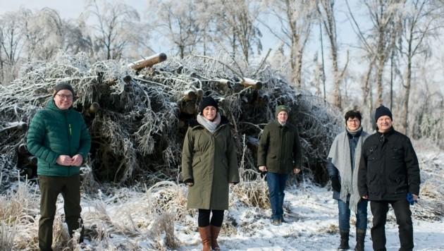 Gute Nachrichten: Pernkopf, Köstinger, Schmuckenschlager mit betroffenen Waldbauern (Bild: BMLRT)