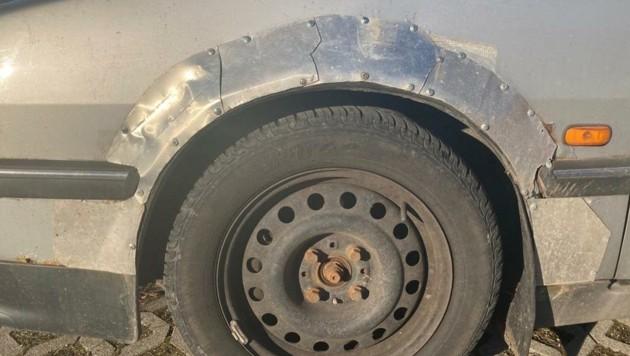 Äußerst kreativ war der Autobesitzer bei der Reparatur seines Fahrzeugs. (Bild: Polizei)