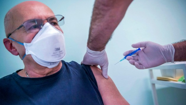 """Einer der ersten Ungarn, der nun den russischen Impfstoff """"Sputnik V"""" in sich trägt. (Bild: AP)"""