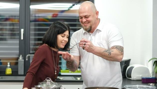 Michael verwöhnt Monika mit Schweinsrouladen, Gemüsereis und Salat. (Bild: Scharinger Daniel)