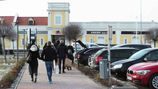 Das Designer Outlet Parndorf im Burgenland - hier muss jetzt auch im Freien Maske getragen werden. (Bild: Judt Reinhard)