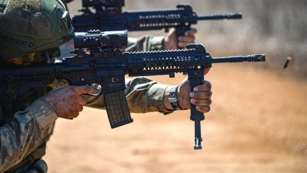 Türkische Soldaten während einer Waffenübung (Symbolbild). (Bild: APA/AFP/TURKISH ARMED FORCES/Handout)