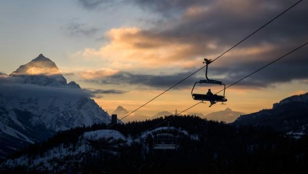 Ein Skifahrer mit Maske nutzt einen Sessellift in Cortina d'Ampezzo. (Bild: AFP)
