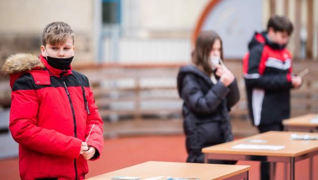 Schulkinder mit Antigenschnelltests (Bild: APA/GEORG HOCHMUTH)